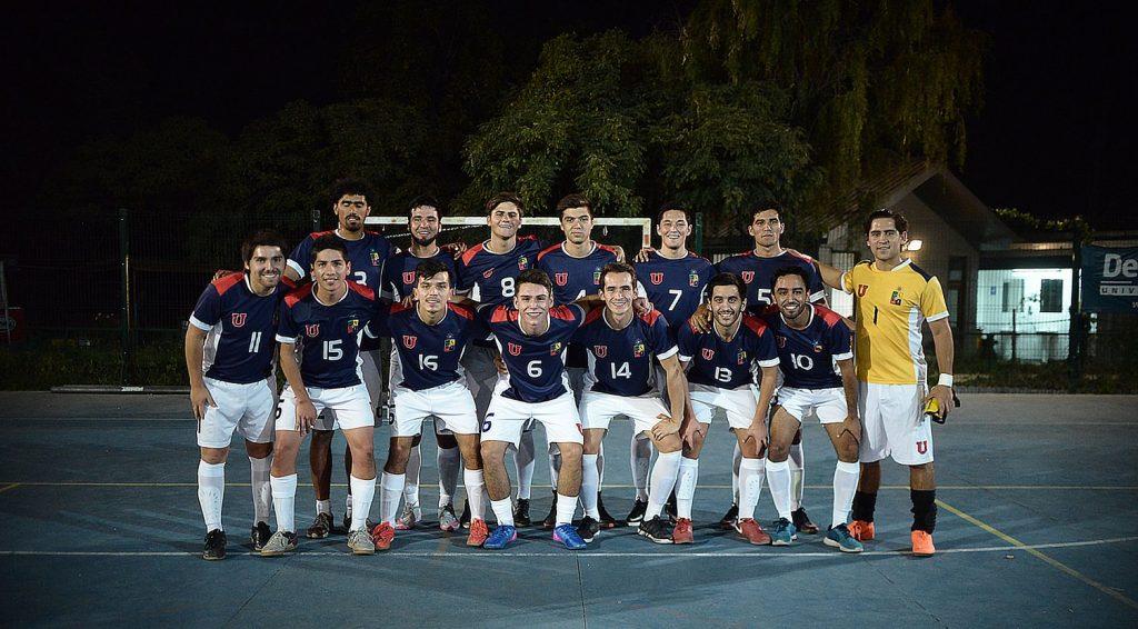 Selección de Futsal de la Universidad de Chile lidera torneo nacional al mantenerse invicto en el certamen y Gustavo Soto habla de las jornadas deportivas en Colina II organizadas por el CDE y la DDAF en Hincha Pelotas / Foto de Deporte Azul
