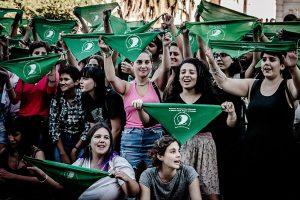 mujerescon pañuelos verdes por aborto legal en argentina