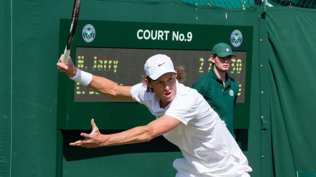 Nicolás Jarry celebra en Wimbledon tras avanzar de ronda, mientras que Christian Garín se despidió rápidamente del certamen / Foto de Wikipedia, Diliff