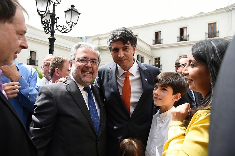 El decano de la Facultad de Medicina, Manuel Kukuljan, junto a diversos miembros de la U. de Chile acompañaron al profesor Couve en La Moneda.