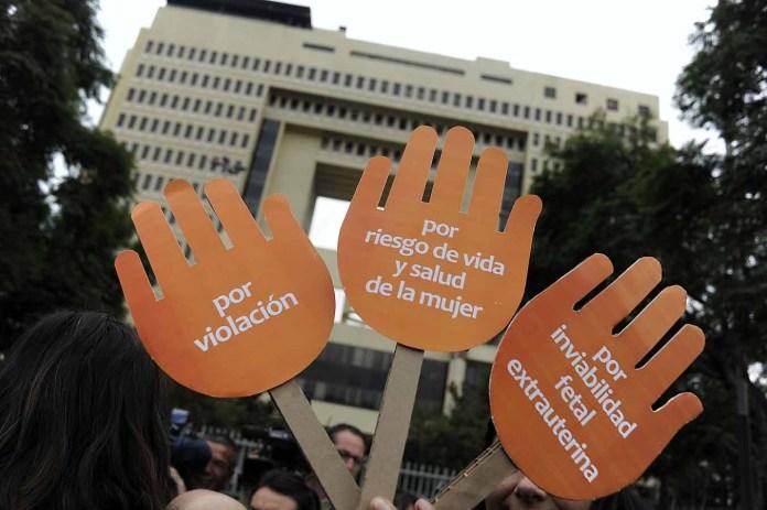 Unas manos de carton a las afuera del parlamento donde se manifiestan antes que comience en la comisión de Salud el proyecto de ley, iniciado en mensaje, que regula la despenalización de la interrupción voluntaria del embarazo en tres causales