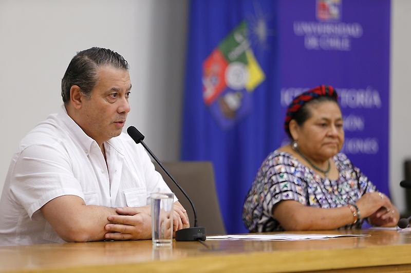 Guillermo Whpei, presidente de la Fundación para la Democracia, leyó la misiva entregada al Presidente Sebastián Piñera.